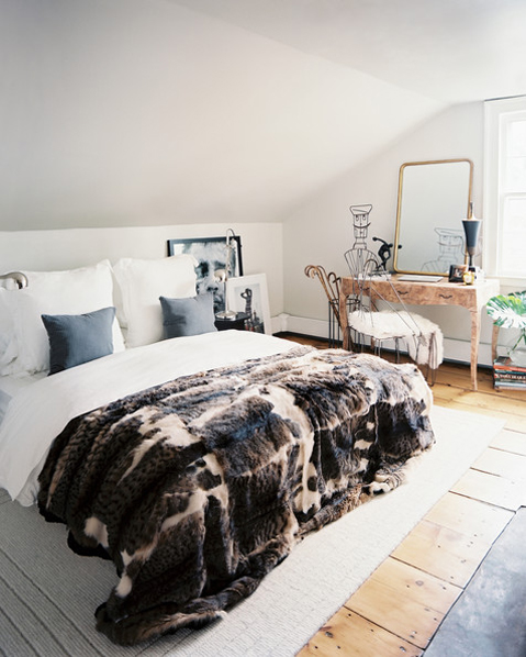 Ari+Heckman+bed+dressed+white+linens+fur+throw+bmRiBhZqmHal