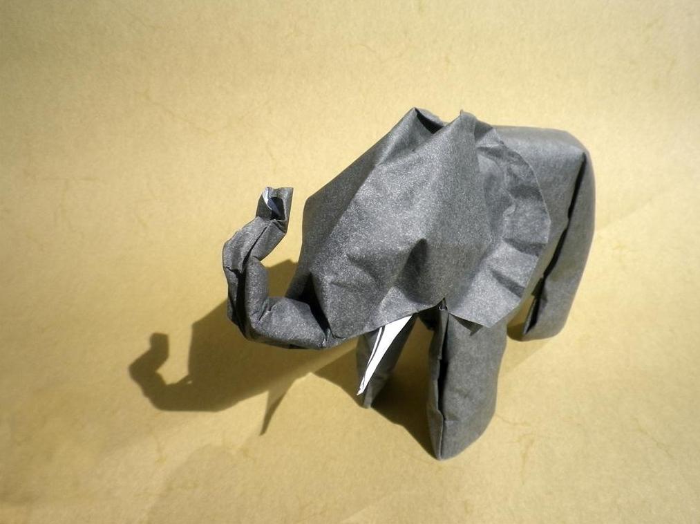 keep folding on origami kunst aus frankfurt monochrome. Black Bedroom Furniture Sets. Home Design Ideas